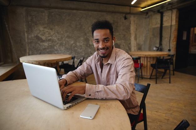 Empresário no seu escritório virtual