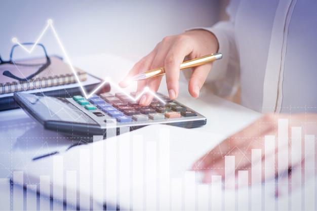 Empresário calculando as vantagens do simples nacional