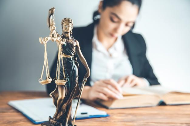 Mulher pesquisando se advogado pode ser MEI