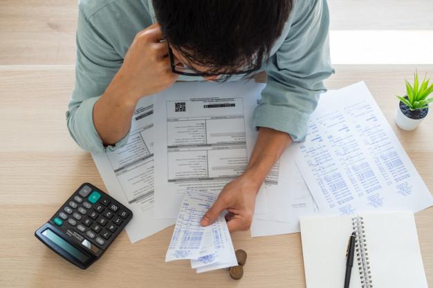 Homem calculando as demonstrações dos fluxos de caixa da sua empresa