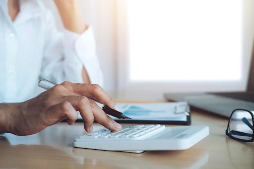 Homem calculando o seu informe de rendimentos