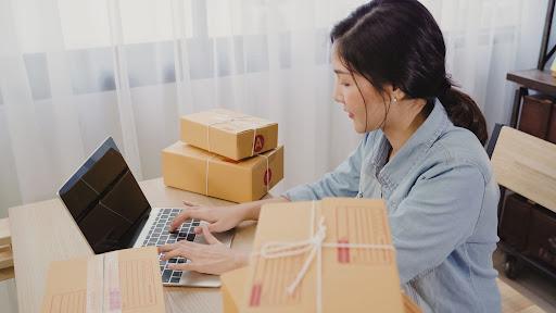 Mulher fazendo devolução de mercadoria